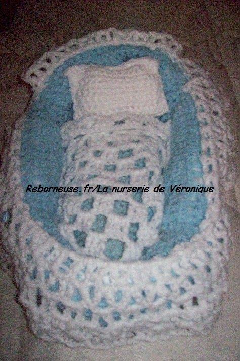 Couffin tricoté en cours dans la nurserie