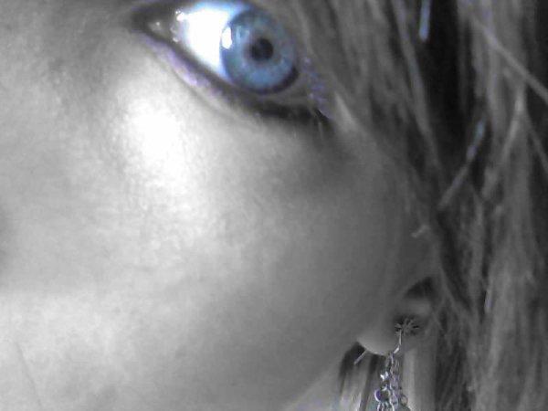 Ce n'est pas un menti mes yeux sont vraiment bleu comme sa :)