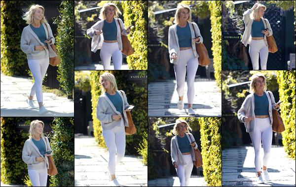 - ''•-26/03/19-'  Julianne Hough a été vue alors qu'elle quittait la maison d'une amie située dans Los Angeles CA. C'est vêtue d'une tenue assez simple et décontractée que Jules a été photographiée par les paparazzis, je lui accorde un top et vous, quel est votre avis ? -