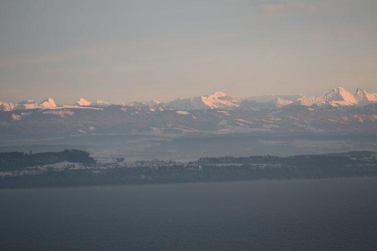 après la grisaille de toute la journée un rayon de soleil illumine les Alpes !