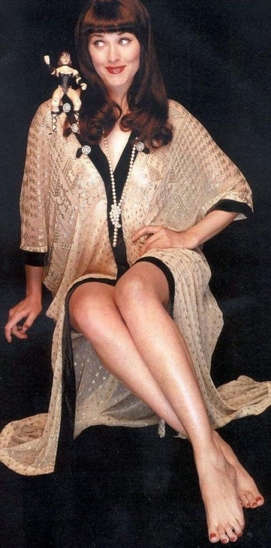 LUCY  LAWLESS  ET  SES  PIEDS
