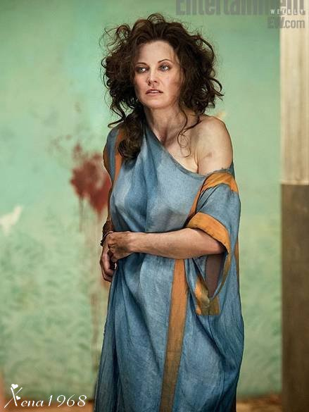 "2 PHOTOS  DE  LUCY  LAWLESS   "" LUCRETIA ""  DANS  BLOOD  AND  SAND"