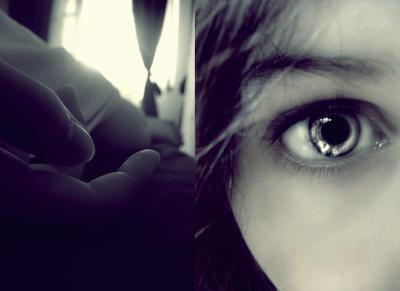 [ Pleurer, c'est risquer de paraître fragile. Aller vers quelqu'un c'est risquer de s'engager. Exposer ses sentiments, c'est risquer d'exposer son moi profond. Présenter ses idées ou ses rêves aux autres, c'est risquer de les perdre. Aimer, c'est risquer de ne pas être ...aimé en retour. Vivre, c'est risquer de mourir. Espérer, c'est risquer de désespérer. Essayer, c'est risquer d'échouer. Mais, il faut prendre des risques, car le plus grand danger dans la vie c'est de ne rien risquer du tout. Seuls ceux qui risquent de vivre sont libres, les autres sont des enchaînés ]