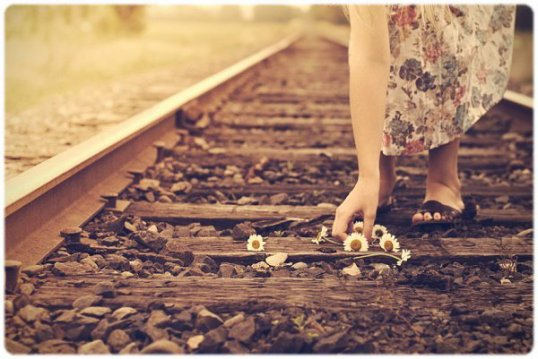 « Pαrfois on peut fαcilement αvoir l'impression d'être le seul à souffrir en ce monde, d'être le seul à ne pαs αvoir ce qu'on veut, le seul à ne pαs être heureux. Mαis cette impression est fαusse. Il suffit de tenir encore un peu, de trouver le courαge d'αffronter le mo...nde encore une journée pour que quelqu'un ou quelque chose vienne tout αrrαnger. Pαrce qu'on α tous besoin d'αide, de temps en temps. On α tous besoin que quelqu'un nous rαppelle combien lα musique du monde est belle. Et que lα vie ne serα pαs toujours telle qu'elle est. » ♥