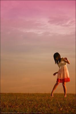 Je m'accroche à tout ce que je peux pour ne pas couler, parce que je veux pas être une de ces filles triste qui passent leur temps à attendre et à se plaindre. Non, je m'agrippe à n'importe quel sourire, n'importe quel regard un peu plus brillant, j'attrape toutes les mains qu'on me tend, je me dessine un sourire béat sur le visage, je met la musique à fond, je danse, je crie, je fais le plus de bruit possible juste pour arrêter de penser...