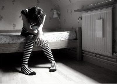 '' Je ne sais plus si j'ai peur ou si je ne crois plus en rien. Si mes larmes coulent sur ton c½ur, si mes rires brûlent dans tes mains. Je ne sais plus si c'est normal d'avoir le c½ur trop haut, qui se soulève dans mes entrailles et bousille mon cerveau. Je ne sais plus si je suis trop moche ou si c'est ce foutu miroir qui me brise en morceaux et m'écorche l'estime et le regard. Je ne sais plus si sur ta langue il te reste un peu de mon amertume. Si je coule ou si je tangue entre la mer et l'écume.''