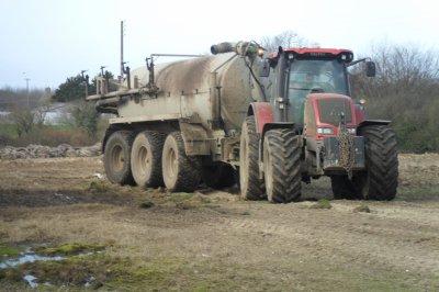 VALTRA  nouvelle série T  attelé du tonne a liser joskin (un peu sale) 3 essieux , équipée avec un essieux suiveur+  tracteur LAMBORGHINI r6 avec une tonne a lisier joskin avec un seul essieux