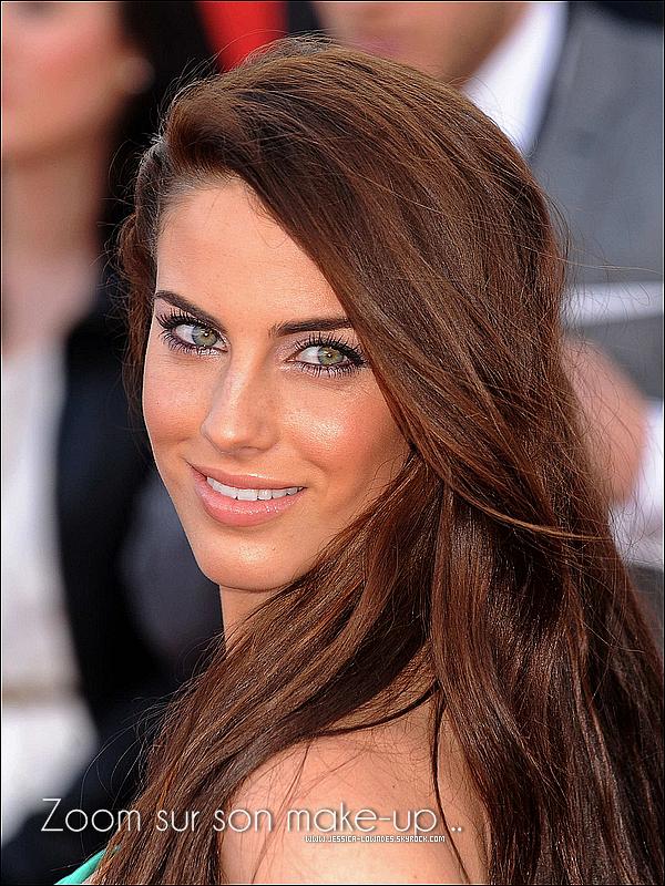 . Mardi 19  Avril : Jess' était présente à la première Européenne du film « Arthur » avec une rôbe très verte. + Découvrez tout en bas le make-up de Jessica (non décrypté) . Donnez moi votre avis sur la rôbe et ses cheuveux. Top ? ''__.