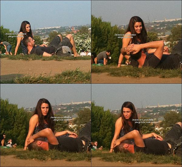 """. Lundi 2 Mai : Jessica et un homme inconnu profitent du soleil dans un parc de Londres . . Mercredi 4 Mai : Jessica a d'abord été vu faisent du shopping à Lipsy toujours à Londres, puis l'après-midi Jessica était à l'événement du  """"Magazine FHM"""" pour élire femmes les plus sexy du monde en 2011 . Vous pouvez aussi voir que à la soirée des femmes les plus sexy , Jessica avais été vu avec un truc bizzare rouge sur sa jambe . Bizzare ?.. ."""