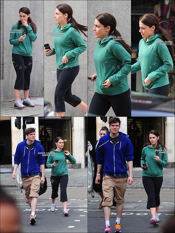 . 05/04/11 : Jessica a été photographié par les pap's en tenue de sport verte avec le comédien Joel Dommett. Puis le soir , la miss Lowndes était à la « Esquire June Issue Launch Party » , oui toujours à Londres ! Top ? .