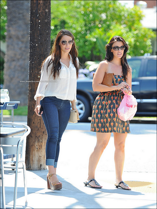 """. 08 Juillet : Jessica & été vu en compagnie d'une copine allant et mangeant à """"La Conversation"""" dans le West Hollywood . ."""