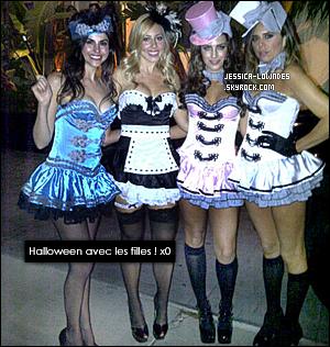 """29 octobre : Jessica a été vu fêtant Halloween à une soirée privée au """"Roosevelt Hotel"""" à Los Angeles. Jessy' a posté sur son twitter une photo avec des amies qui en-dessous. Sinon, quel est votre avis sur la tenue, TOP ou FLOP ?!"""