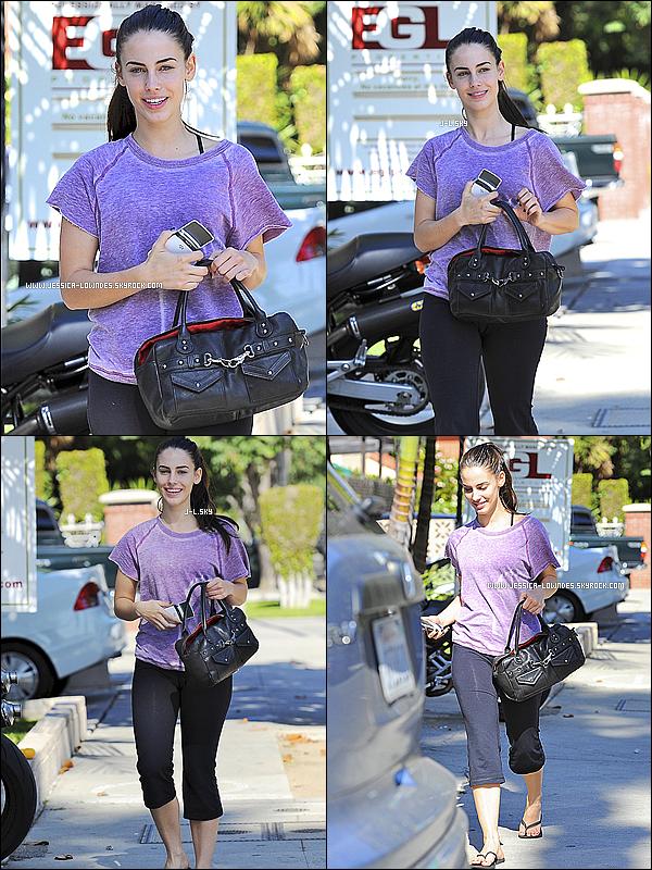 . 02/11/11 : Miss Jessica a été photographié allant déjeuner en tenue de sport à Los Angeles .La tenue est très simple, pas grand chose à dire ! Je trouve que Jessica venait seulement de se reveiller. Et toi qu'en pense-tu ?!.
