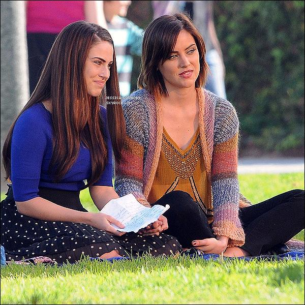29 Novembre : Jessica tourne quelques scénes pour 90210 avec son amie et co-star, Jessica Stroup.Vous pouvez remarquer que Jess' a eu un petit imprevu, je ne pense pas que cela va faire un scandale, mais il faut faire attention!