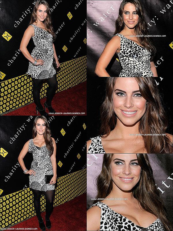 """. 12 décembre 2011 : Jessica vêtue d'une robe, a défilé le red carpet du """"6th Annual Charity Ball Benefiting Charity Water"""" à L.A . ."""