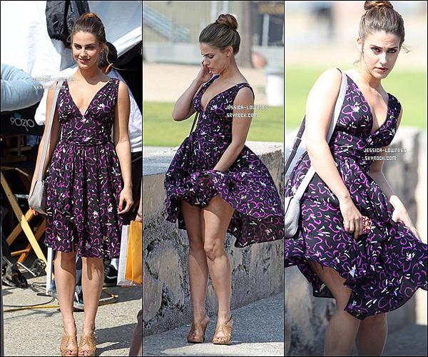 14 Mars 2012 : Jessica de très bonne forme et toute jolie, a été vue sur le set de 90210.
