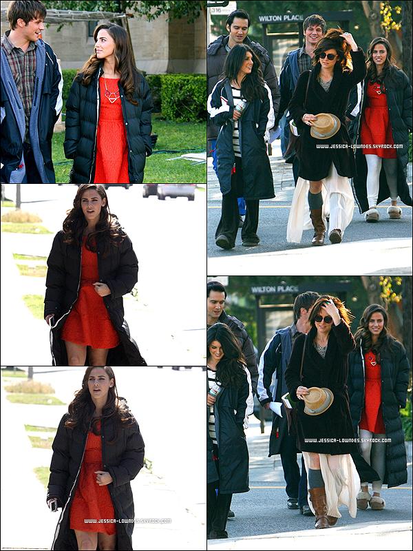 . 20/03/12 : Jessica et ses co-stars et amis de la série 90210 ont étés vus allant sur le set.  De plus nous pouvons voir que Jessica et Justin sont très proches, peut-être aux besoins de la série, affaire à suivre ... .