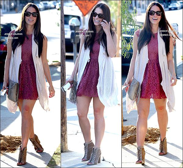 . 03 Octobre 2011 : Jessica et un de ses amis, ont été vus allant déjeuner au Toast à Los Angeles. Que penses-tu de la tenue de Jessica Lowndes, pour moi c'est un grand TOP, j'aime beaucoup elle est sublime. .