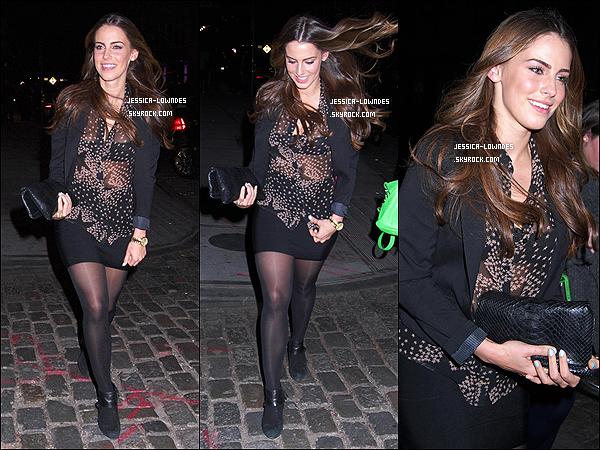 .  30 Mars 2012 : Notre belle Jessica Lowndes a été vue se promenant dans les rues de New York City. .