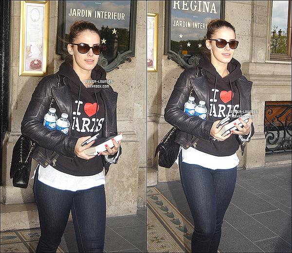 .  16 Avril 2012 : Durant son séjour, Jessica Lowndes a été aperçue quittant le « Regina Hotel », à Paris. .