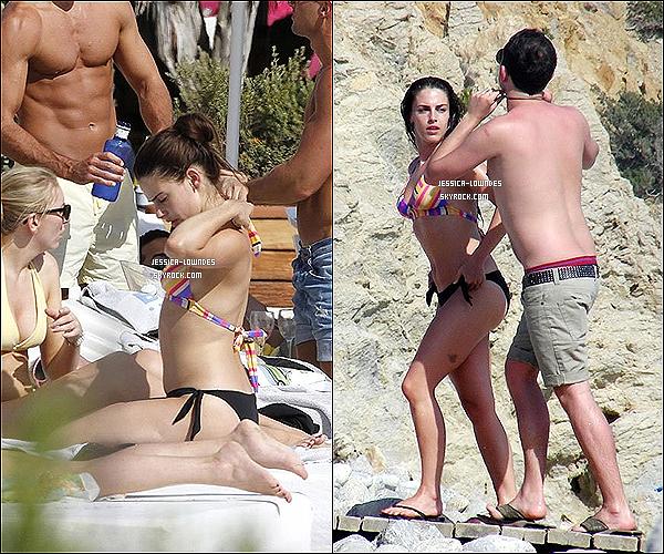 . 26 juin 2012 : Jessica a été vue prenant des vacances à la plage en Espagne. Alors Muy Caliente la Jess' ?! .