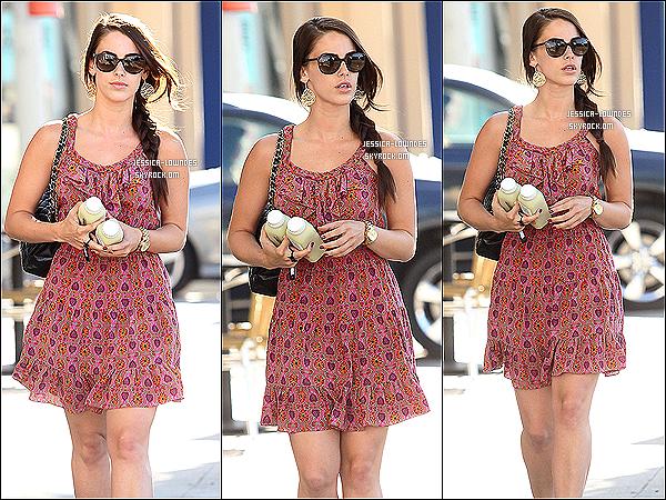 . 19 juillet 2012 : Jessica Lowndes a été vue avec une jolie robe allant dans un bar à jus de fruits. .