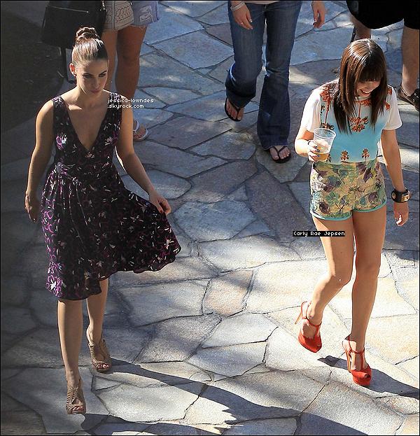 """. 20/07/12 : Jessica accompagnée de Carly Rae Jepsen ont été vues tournant la saison 5 de 90210. Oui... comme vous pouvez le voir, la chanteuse Carly Rae Jepsen connue pour son tube """"Call Me Maybe"""" fera une apparition. ."""