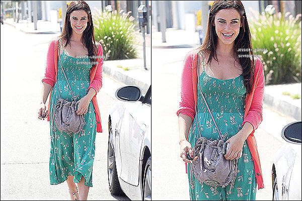 """. 22 juillet 2012 : Jessica Lowndes, souriante quitte le salon """"Warren Tricomi"""" toujours à Los Angeles. ."""
