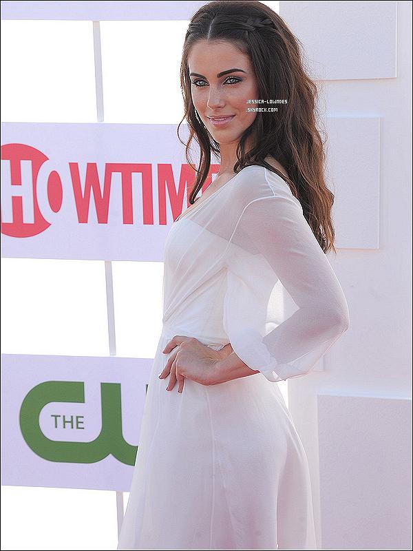 """. Jess' vêtue d'une robe Blanche était au """"CW, CBS and Showtime 2012 Summer TCA Party"""" le 29 juillet 2012. C'est un gros TOP pour la miss Lowndes, quand je vous dis que cette femme est magnifique, de plus le make-up de Jessy' est sublime ! ."""