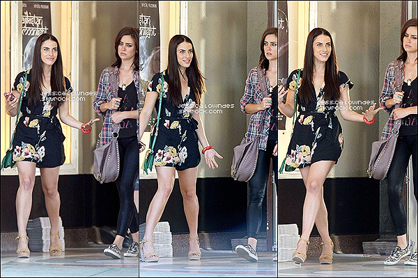 .  Le 09 août 2012, les Jessicas (Jessica Lowndes et Jessica Stroup) ont été vues ensemble au tournage de 90210..