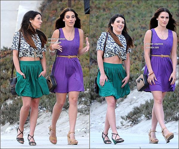 24/08/12 : Jessica Lowndes et sa co-star Shenae Grimes étaient sur le tournage de la série 90210. La saison 5 à l'aire super, comme vous pouvez le voir Annie (Shenae Grimes) et Ade (Jessica) semblent plus proches que jamais !