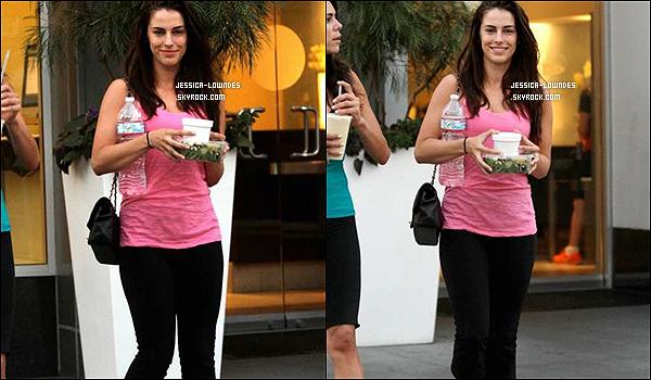 * * 30/09/12 - C'est après une séance de gym, que Jess' a été vue allant chercher son repas du midi. * *