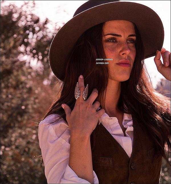 Découvrez un nouveau shooting (plus une vidéo du shooting) de Jessica Lowndes datant de 2013, un photoshoot fait par Aurelien Levitan au Canyon Beachwood (Los Angeles).