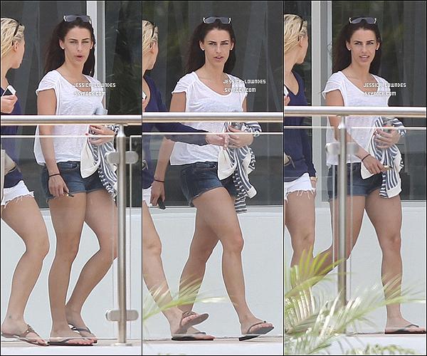 04/01/2013 : Jess' a été aperçue bronzant en compagnie de son amie Ashley Barron dans un hôtel de Miami. Bien évidemment, Jessica a posté des photos (à voir en dessous), des vidéos (aussi à voir en dessous) pour montrer à tous ses followers qu'elle s'amuse !