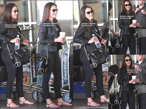 06/04/13 : Jessica Lowndes, avec Starbucks à la main et ses valises a été vue  à l'aéroport « LAX ».