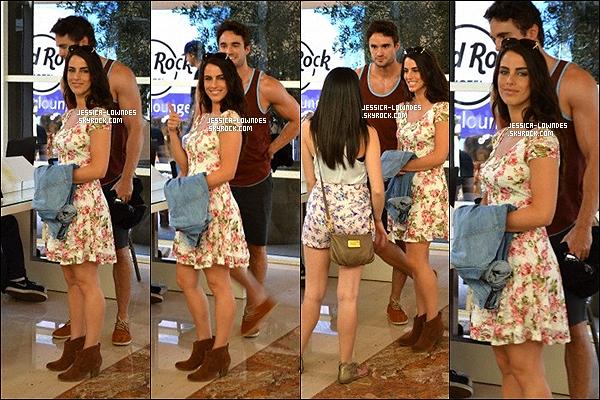 """12 avril 2013 : Jessica et son petit-ami ont d'abord été vus à la réception de leur hôtel pour s'enregister. Un peu plus tard Jessica a été vue toute seul au """"Hard Rock Music Lounge"""" à Palm Springs."""
