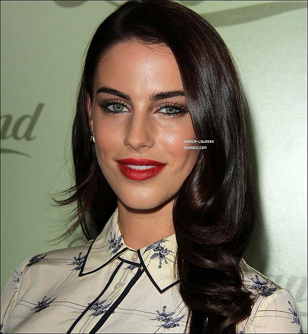 30/10/13 : Jessica, toute sublime était à l'ouverture du magasin Lucky Brand à Beverly Hills. La miss portait une chemise imprimé en moineaux Harriet de chez Tory Burch, d'une valeur de 255£ soit 285¤ ! Très chère!
