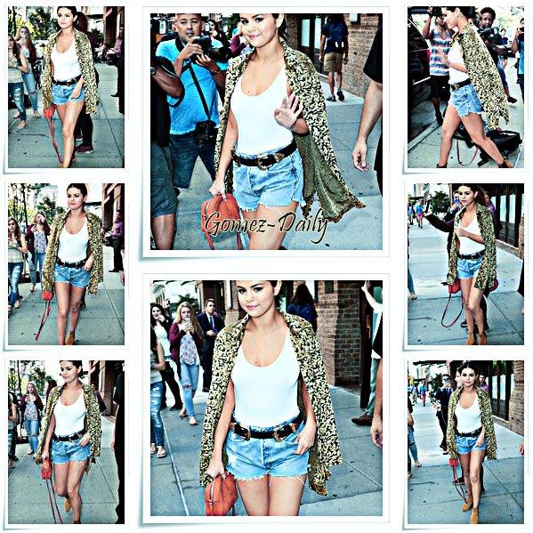 23.06.15 - Selena sortant de son hotêl à New York et se baladant dans celle-ci.