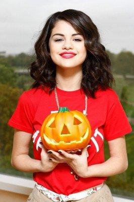 selena gomez halloween citrouille          selena gomez halloween pumpkin