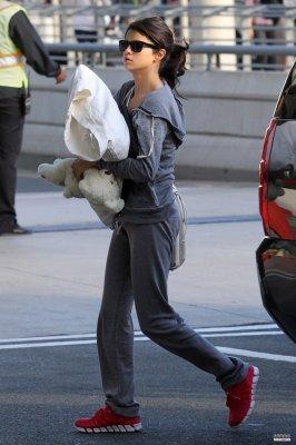 le 20 Juin: Selena été vu au départ de Toronto. elle a l'aire fatiguer !.