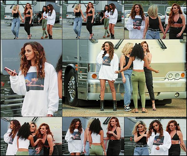 - April, 11/17 - Jade a été photographiée avec les filles devant le stade du Dangerous Woman Tour à New Orleans!  Côte tenue : ★ ★ ★ ☆ ☆ - J'aime bien sa tenue, le pull d'Ariana lui va bien, mais je n'aime pas trop ses bottes. Et toi tu aimes?   -