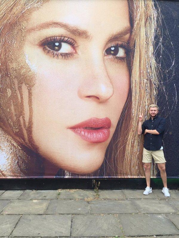 """Affiches publicitaires de la tournée de Shakira """"El Dorado World Tour"""" (le 16/07/2017)"""