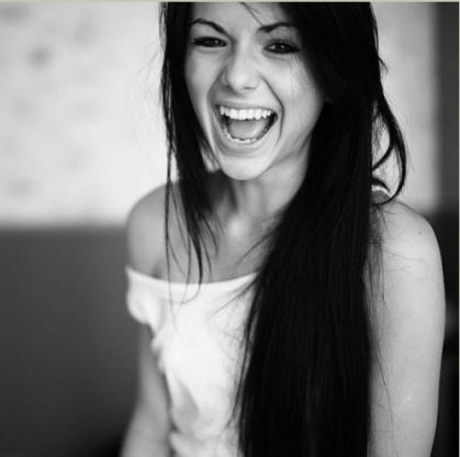 Le rire est un sourire qui, non content de montrer ses dents, balbutie encore quelques paroles.