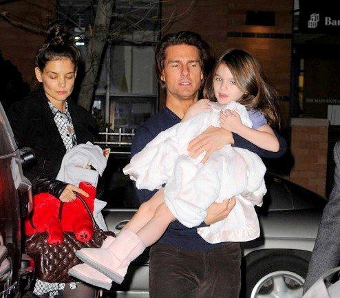 17.12.10 Tom & Katie ont emmené Suri voir Casse Noissette. A la fin toute la famille a posé avec la troupe mais Suri semblait plus intéressée par ses nounours en gélatine que par autre chose :)