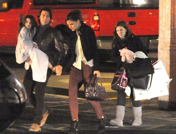 20.12.10 La famille Cruise a quitté NY en hélicoptère pour Los Angeles