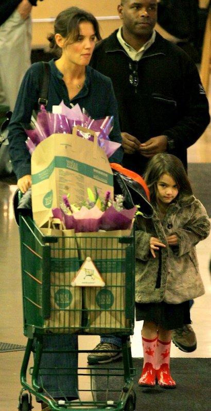 07.01.11 Katie et Suri faisant des courses à Vancouver