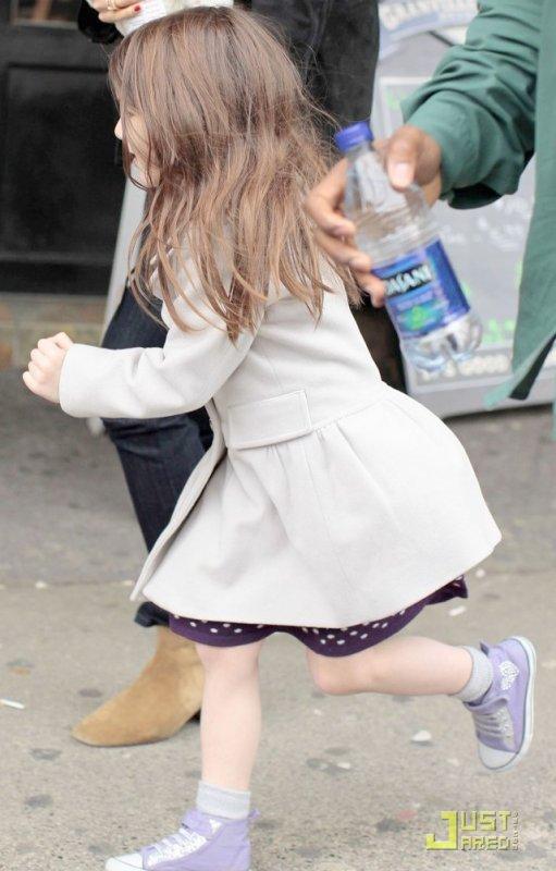 6 Mars 2011 Katie a emmené Suri manger 1 hamburger, et surprise on découvre une Suri de bientôt 5 ans avec une tétine !