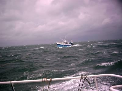 bateau de peche dans le mauvais temps