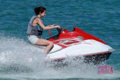 07/12/11 ▬ Selena et Justin au bord d'une piscine au Mexique. En plein mois de Décembre.