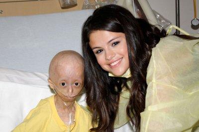 15/12/11 ▬ Selena rends visite à une patiente. Coup de coeur.
